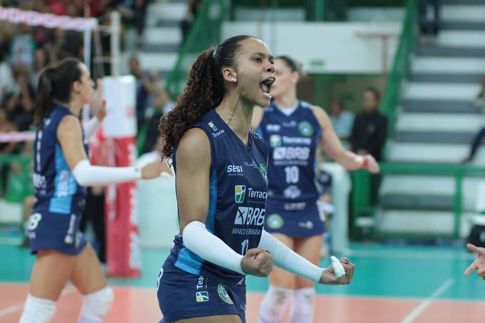 Amanda chamou a responsabilidade e auxiliou o Brasília Vôlei a vencer o Bauru - Foto: Felipe Costa/Ponto Marketing Esportivo