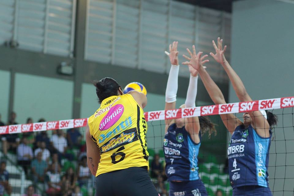 Daymi Ramirez (E) foi uma das jogadoras que começaram a aparecer no início do jogo. Depois, deu apenas Brasília Vôlei - Foto: Felipe Costa/Ponto Marketing Esportivo