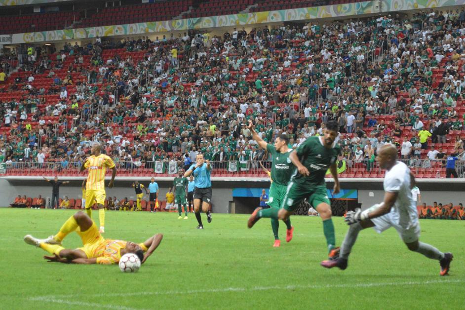 Jacó derruba Badhuga na grande área e a arbitragem marca o que seria o gol de empate do Brasiliense - Foto: Fernando Godoy/Agência EB