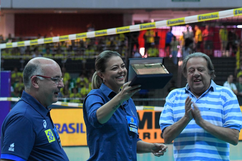 A ex-jogadora e ex-gestora do Brasília Vôlei, Leila Barros, foi homenageada no intervalo do jogo - Foto: Ricardo Botelho