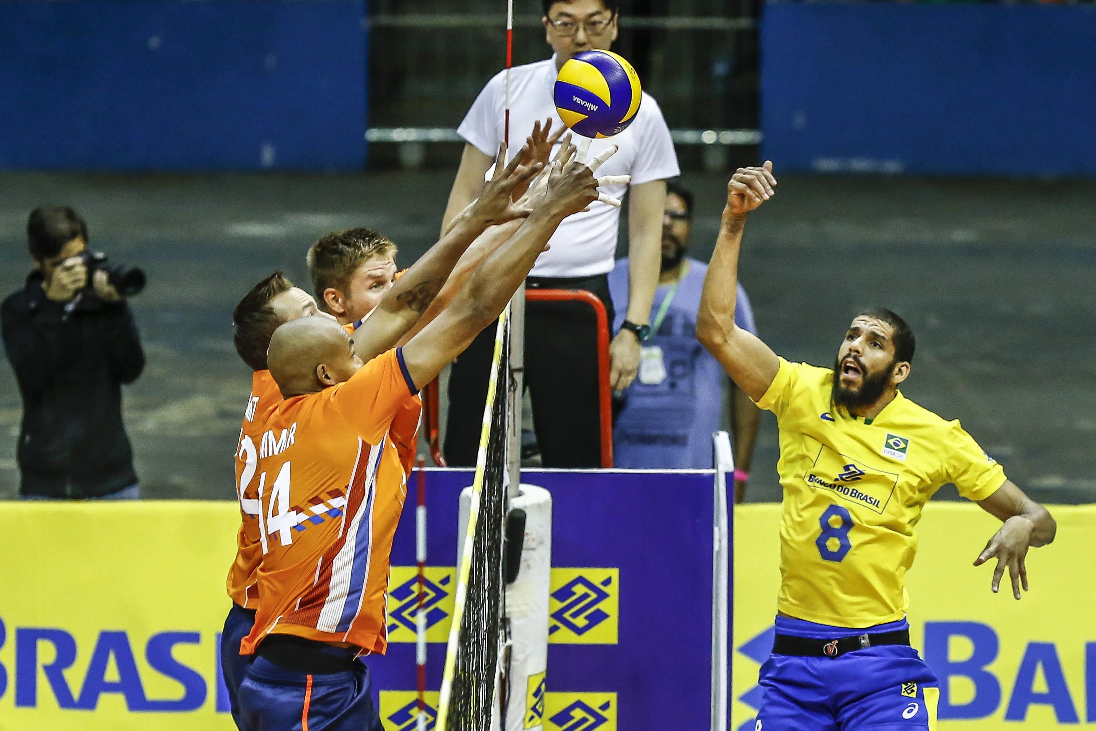 Em grande jogo de Wallace, Brasil vence Holanda no primeiro jogo da série de três amistosos - Foto: Wander Roberto/CBV