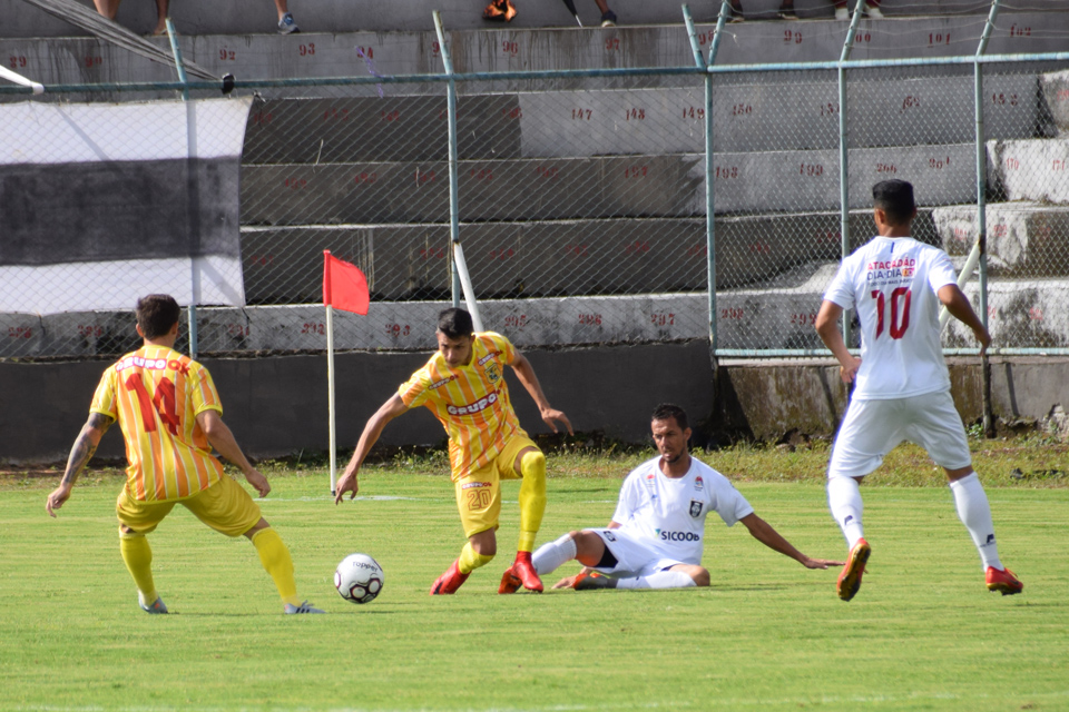 Jogo foi muito faltoso, mas a arbitragem deixou de marcar alguns lances - Foto: Philipe Moreira/Agência EB