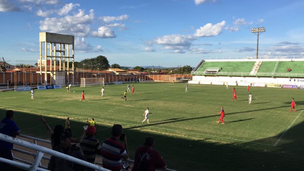 Quase mil pessoas acompanharam o confronto vencido pelo Paracatu por 1x0, no estádio Diogão, em Formosa/GO - Foto: Felix Neto/Agência EB
