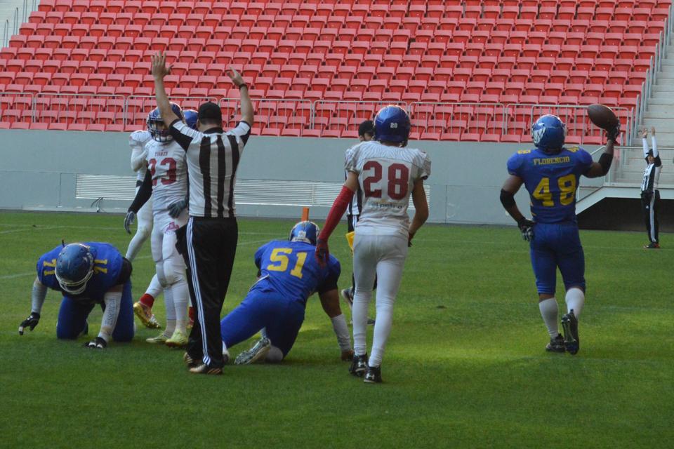 Fellipe Florêncio (48) anotou dois touchdowns e foi o destaque do Tubarões do Cerrado na vitória diante do Goiânia Rednecks - Foto: Fernando Godoy/EB