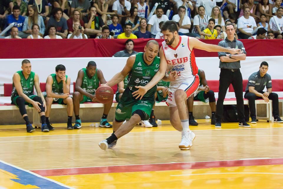 Alex Garcia, hoje no Bauru, e Guilherme Giovannoni, hoje no Vasco, marcaram história na trajetória do time de basquete de Brasília - Foto: Carlos Teixeira/Agência EB