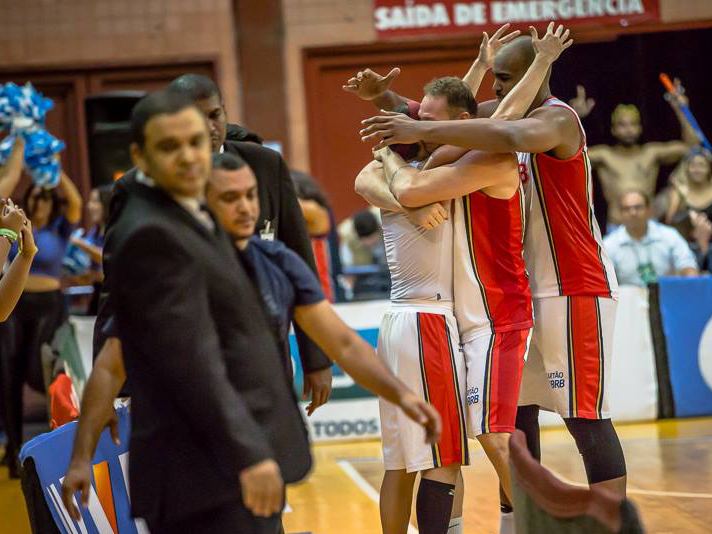 Jogadores comemoram vitória sobre a Liga Sorocabana e a manutenção da liderança do Novo Basquete Brasil - Foto: Carlos Teixeira/Agência EB